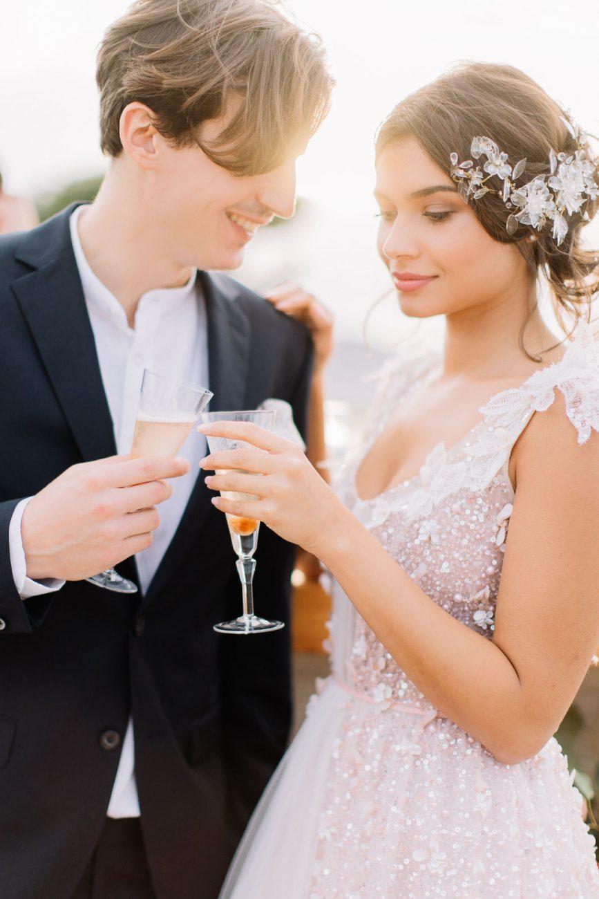 Brautpaar stößt mit Champagner gemeinsam an